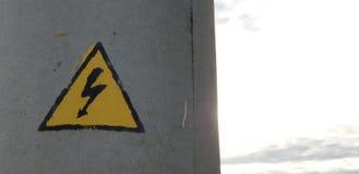 Σημάδι ηλεκτρικής ενέργειας Ηλεκτρική ενέργεια στον πόλο στοκ φωτογραφία με δικαίωμα ελεύθερης χρήσης