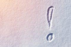 Σημάδι θαυμαστικών που γράφεται στην επιφάνεια χιονιού Στοκ εικόνα με δικαίωμα ελεύθερης χρήσης