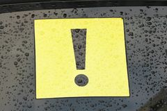 Σημάδι θαυμαστικών στο αυτοκίνητο Μαύρο σημάδι θαυμαστικών στο Yello Στοκ εικόνες με δικαίωμα ελεύθερης χρήσης