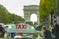 Σημάδι και επιχειρηματίες αυτοκινήτων ταξί Arc de Triomphe στο υπόβαθρο Στοκ Εικόνα
