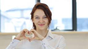 Σημάδι καρδιών από τη γυναίκα ερωτευμένη Στοκ Φωτογραφία