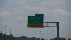 Σημάδι κατεύθυνσης μύλος Opry στον αυτοκινητόδρομο - Νάσβιλ, Ηνωμένες Πολιτείες - 16 Ιουνίου 2019 φιλμ μικρού μήκους