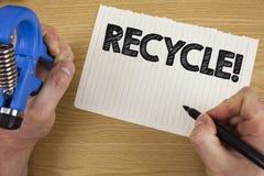 Σημάδι κειμένων που παρουσιάζει ανακύκλωσης κινητήρια κλήση Εννοιολογικά απόβλητα Convderting φωτογραφιών στο επαναχρησιμοποιήσιμ στοκ φωτογραφίες με δικαίωμα ελεύθερης χρήσης