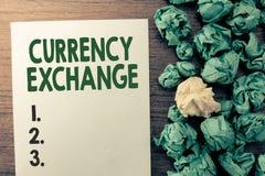 Σημάδι κειμένων που παρουσιάζει ανταλλαγή νομίσματος Εννοιολογική διαδικασία φωτογραφιών ένα νόμισμα σε ένα άλλο Forex στοκ φωτογραφίες