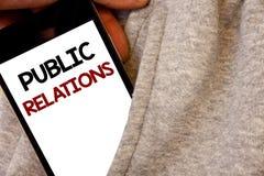 Σημάδι κειμένων που παρουσιάζει δημόσιες σχέσεις Τις εννοιολογικές κοινωνικές λέξεις δημοσιότητας πληροφοριών ανθρώπων MEDIA επικ Στοκ Φωτογραφίες