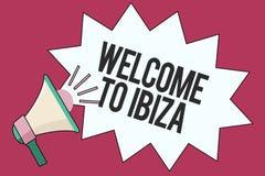 Σημάδι κειμένων που παρουσιάζει Καλώς ήρθατε σε Ibiza Εννοιολογικοί θερμοί χαιρετισμοί φωτογραφιών από μια από τις Βαλεαρίδες Νήσ διανυσματική απεικόνιση