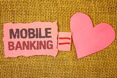 Σημάδι κειμένων που παρουσιάζει κινητές τραπεζικές εργασίες Η εννοιολογική φωτογραφιών σε απευθείας σύνδεση χρημάτων σχισμένη ροζ Στοκ Φωτογραφία