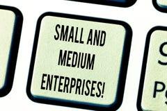 Σημάδι κειμένων που παρουσιάζει μικρομεσαίες επιχειρήσεις Εννοιολογική αύξηση ΜΜΕ φωτογραφιών του νέου επιχειρησιακού analysisage στοκ φωτογραφία με δικαίωμα ελεύθερης χρήσης