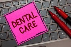 Σημάδι κειμένων που παρουσιάζει οδοντική προσοχή Εννοιολογική συντήρηση φωτογραφιών των υγιών δοντιών ή για να το κρατήσει καθαρό στοκ εικόνες