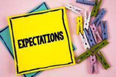 Σημάδι κειμένων που παρουσιάζει προσδοκίες Εννοιολογικές τεράστιες πωλήσεις φωτογραφιών στις υποθέσεις αγορών μετοχών από έναν ει στοκ εικόνες