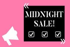 Σημάδι κειμένων που παρουσιάζει πώληση μεσάνυχτων Το εννοιολογικό κατάστημα φωτογραφιών θα είναι ανοικτό μέχρι τα μεσάνυχτα με τη απεικόνιση αποθεμάτων
