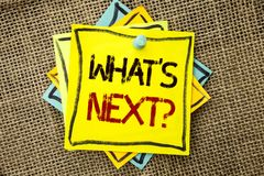 Σημάδι κειμένων που παρουσιάζει σε ποιο s επόμενη ερώτηση Εννοιολογική φωτογραφία που ρωτά τη λύση επιλογής φαντασίας το επόμενο  Στοκ Φωτογραφίες