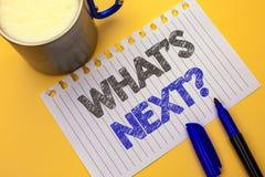Σημάδι κειμένων που παρουσιάζει σε ποιο s επόμενη ερώτηση Εννοιολογική φωτογραφία τη λύση επιλογής φαντασίας το επόμενο ερωτηματο Στοκ Εικόνες