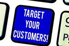 Σημάδι κειμένων που παρουσιάζει στο στόχο πελάτες σας Εννοιολογικός στόχος φωτογραφιών εκείνοι οι πελάτες που είναι πλέον πιθανοί στοκ εικόνες