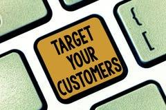 Σημάδι κειμένων που παρουσιάζει στο στόχο πελάτες σας Εννοιολογικός στόχος φωτογραφιών εκείνοι οι πελάτες που είναι πλέον πιθανοί στοκ φωτογραφία