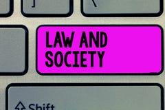 Σημάδι κειμένων που παρουσιάζει το νόμο και κοινωνία Εννοιολογική διεύθυνση φωτογραφιών η αμοιβαία σχέση μεταξύ του νόμου και της στοκ εικόνα