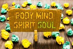 Σημάδι κειμένων που παρουσιάζει ψυχή πνευμάτων μυαλού σώματος Εννοιολογικό πιάσιμο Paperclip ψυχικών διαθέσεων συνείδησης θεραπεί στοκ φωτογραφίες με δικαίωμα ελεύθερης χρήσης
