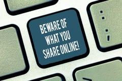 Σημάδι κειμένων που παρουσιάζει Beware αυτού που μοιράζεστε on-line Η εννοιολογική φωτογραφία είναι προσεκτική με τις πληροφορίες ελεύθερη απεικόνιση δικαιώματος