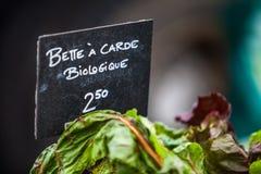 Σημάδι κιμωλίας που πωλεί οργανικό ελβετικό chard με το όνομα το bette ï ¿ ½ carde biologique στοκ εικόνα