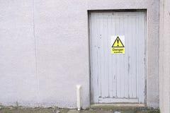 Σημάδι κινδύνου αμιάντων στην πόρτα στο εργοτάξιο οικοδομής του παλαιού κτηρίου Στοκ Εικόνες