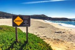 Σημάδι κινδύνου προειδοποίησης για τα surfers σε Καλιφόρνια, ΗΠΑ στοκ εικόνες με δικαίωμα ελεύθερης χρήσης