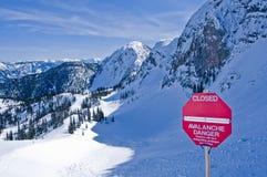 Σημάδι κινδύνου χιονοστιβάδων στοκ εικόνα με δικαίωμα ελεύθερης χρήσης