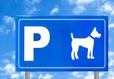 Σημάδι κυκλοφορίας για τα σκυλιά ενάντια στο μπλε ουρανό Στοκ εικόνες με δικαίωμα ελεύθερης χρήσης