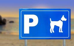 Σημάδι κυκλοφορίας για τα σκυλιά σε ένα όμορφο ηλιοβασίλεμα παραλιών Στοκ Εικόνες