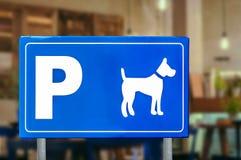 Σημάδι κυκλοφορίας για τα σκυλιά στη καφετερία, κατοικίδιο ζώο φιλικό Στοκ φωτογραφίες με δικαίωμα ελεύθερης χρήσης