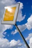 Σημάδι κυκλοφορίας και νεφελώδης ουρανός Στοκ Εικόνες