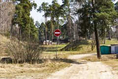 Σημάδι κυκλοφορίας καμία είσοδος σε μια εθνική οδό Στοκ φωτογραφίες με δικαίωμα ελεύθερης χρήσης