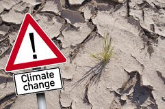 Σημάδι κυκλοφορίας με τη κλιματική αλλαγή μπροστά από το ξηρό έδαφος στοκ φωτογραφία με δικαίωμα ελεύθερης χρήσης