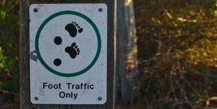 Σημάδι κυκλοφορίας ποδιών μόνο στοκ φωτογραφίες