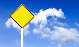 Σημάδι κυκλοφορίας στο μπλε ουρανό Στοκ εικόνες με δικαίωμα ελεύθερης χρήσης