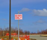 Σημάδι λεωφορείων μόνο στοκ φωτογραφία με δικαίωμα ελεύθερης χρήσης