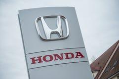 Σημάδι λογότυπων της Honda στο μέτωπο καταστημάτων στοκ φωτογραφία