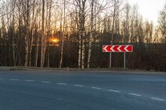 Σημάδι λοξοδρόμησης στην πλευρά ενός αστικού δρόμου ασφάλτου στοκ φωτογραφία με δικαίωμα ελεύθερης χρήσης