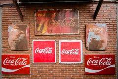 Σημάδι μετάλλων της Coca-Cola για να παρουσιάσει από μπροστά στη Μπανγκόκ ΤΑΪΛΑΝΔΗ 26 Octo στοκ εικόνες
