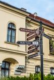 Σημάδι με τις κατευθύνσεις στη Βουδαπέστη ` s landmarksr στοκ φωτογραφία με δικαίωμα ελεύθερης χρήσης