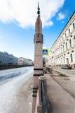 σημάδι με το σημάδι του επιπέδου πλημμυρών στο ανάχωμα Moyka Στοκ Φωτογραφία