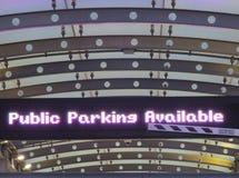 Σημάδι μητρών σημείων που επιδεικνύει το 'public χώρο στάθμευσης available' Λήφθείτε στην είσοδο μιας δομής χώρων στάθμευσης  στοκ φωτογραφίες με δικαίωμα ελεύθερης χρήσης