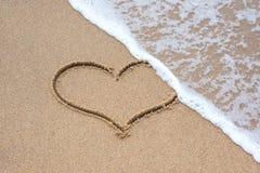 Σημάδι μορφής καρδιών στην άμμο Στοκ Εικόνα