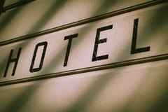 Σημάδι ξενοδοχείων σε έναν εξωτερικό τοίχο οικοδόμησης στο Μόναχο, Γερμανία στοκ φωτογραφίες με δικαίωμα ελεύθερης χρήσης