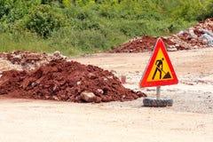 Σημάδι οδικών εργασιών για τις οικοδομές, δρόμος, κατασκευή πεζοδρομίων Κυκλοφορία, δρόμος προειδοποιητικών σημαδιών που επισκευά Στοκ φωτογραφία με δικαίωμα ελεύθερης χρήσης