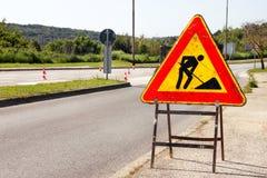 Σημάδι οδικών εργασιών για τις οικοδομές στην οδό πόλεων Δρόμος κάτω από το σημάδι κυκλοφορίας κατασκευής Κυκλοφορία, οδική επισκ Στοκ εικόνες με δικαίωμα ελεύθερης χρήσης