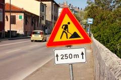 Σημάδι οδικών εργασιών για τις οικοδομές στην οδό πόλεων Δρόμος κάτω από το σημάδι κυκλοφορίας κατασκευής Κυκλοφορία, οδική επισκ Στοκ εικόνα με δικαίωμα ελεύθερης χρήσης