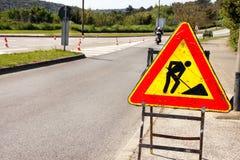 Σημάδι οδικών εργασιών για τις οικοδομές στην οδό πόλεων Δρόμος κάτω από το σημάδι κυκλοφορίας κατασκευής Κυκλοφορία, οδική επισκ Στοκ φωτογραφίες με δικαίωμα ελεύθερης χρήσης