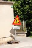 Σημάδι οδικών εργασιών για τις οικοδομές στην οδό πόλεων Δρόμος κάτω από το σημάδι κυκλοφορίας κατασκευής Κυκλοφορία, οδική επισκ Στοκ φωτογραφία με δικαίωμα ελεύθερης χρήσης