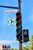 Σημάδι οδών Αγίου Denis που συνδέεται με έναν φωτεινό σηματοδότη στο Μόντρεαλ στοκ φωτογραφία