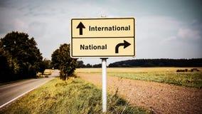 Σημάδι οδών διεθνής εναντίον εθνικός στοκ εικόνες